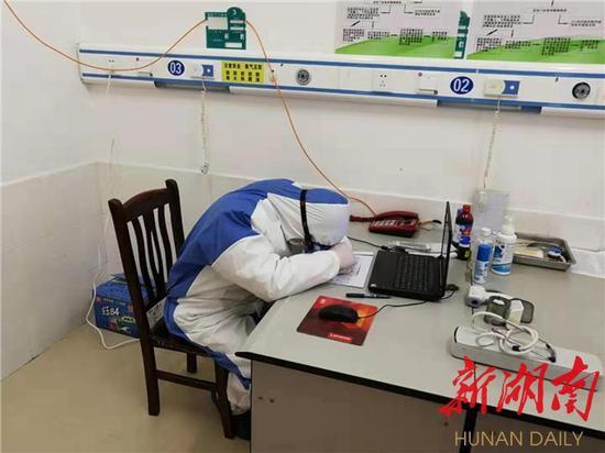 (望城区桥驿镇中心卫生院刘述长医生,几年没有回邵阳老家过年的他,仅仅在家呆了几小时,就立即返回防疫一线,顾不上休息的他,只能趴在桌上稍作休息)
