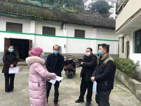 (2月13日,保靖县驻企业防疫联络员与锦湘米业等单位对接工作。来源:保靖党建微信公号)
