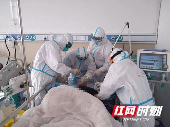 驰援湖北医生姚绍富和战友们在抢救黄岗市重症患者