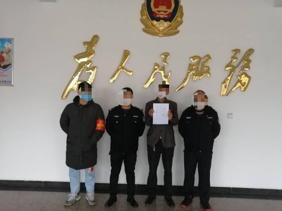 造谣者肖某(右二)被派出所抓获发布辟谣视频并写下检讨书