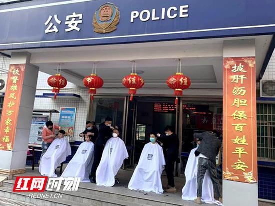 理发师组成志愿队伍,走进蒸湘公安分局红湘派出所免费为全体民警、辅警理发。