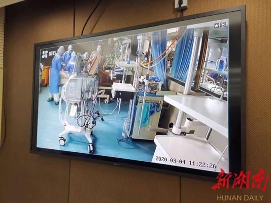 (3月4日,株洲市新冠肺炎定点集中隔离救治医院,全省首位ECMO脱机重症患者邓女士,通过视频连线竖起大拇指,感谢医护人员。通讯员摄影报道)
