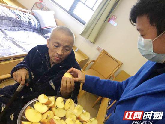 疫情期间,葆真堂养老院每天下午为老人安排水果餐。