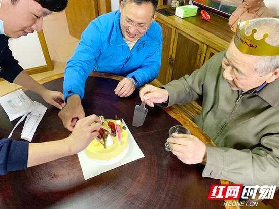 2月28日,因为疫情封院,受胡爷爷家人委托,葆真堂的工作人员在养老院为老人庆生。