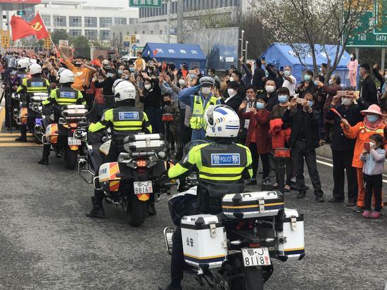黄冈交警为湖南医疗队返程保驾护航。