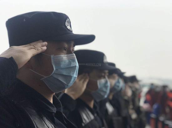 武汉高铁站工作人员为湖南医疗队送行。他们敬礼的手始终没有放下。