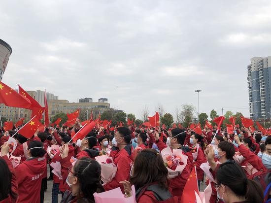 黄冈数十万群众欢送湖南医疗队。