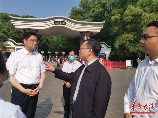 5月2日,湖南省文化和旅游厅厅长陈献春(右二)率队到长沙、湘潭督查假日旅游防疫和景区开放管理情况。