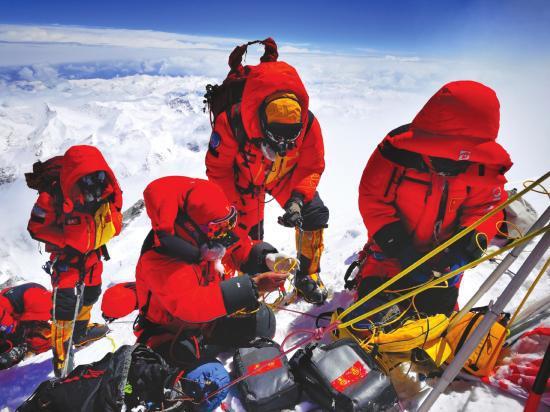 2020 珠峰高程测量登山队队员在峰顶开展测量工作。