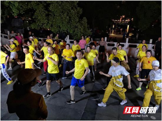 夜晚广场舞的队伍中,年轻人的身影越来越多。图/彭定湘