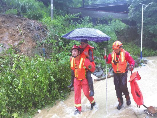 6月24日,怀化洪江区,消防救援人员顶着湍急的水流将一名被困者背至撤离点。