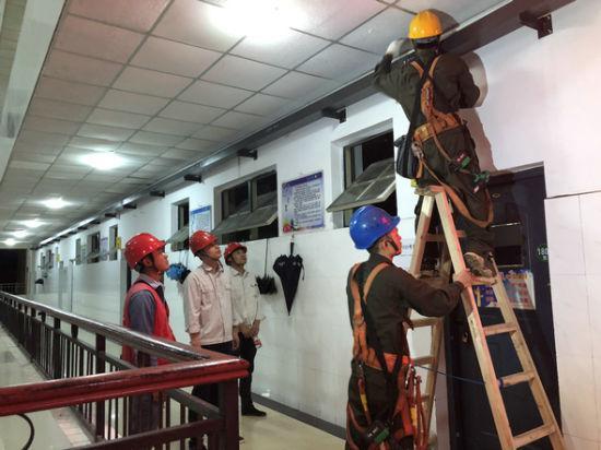 电力工人夜间在学校施工。