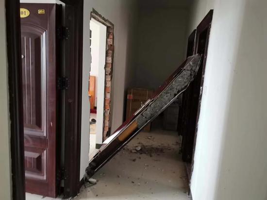 长沙县一民房发生爆炸,门被整块震出框
