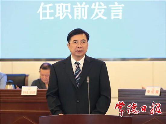 邹文辉在任职前发言。