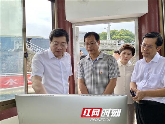 7月14日上午,湖南省委书记杜家毫在城陵矶七里山水文站考察水文情势。