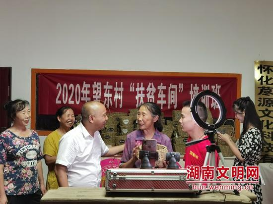 """7月23日,怀化6名""""道德模范""""、身边好人为""""扶贫车间""""代言。图片来源:湖南文明网"""