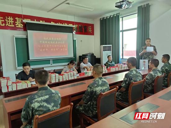 活动中,官兵积极分享读书体会。