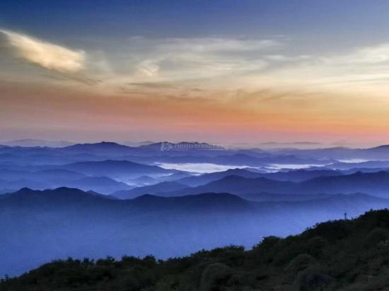 8月2日,大围山之晨,玫瑰色的云彩映衬着如黛远山。图/阿信