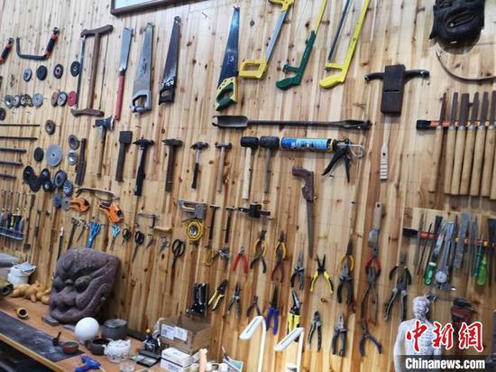 湖南省艺术职业学院文物修复与保护专业实操教室里的工具墙。 刘曼 摄
