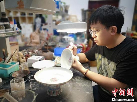 出生于1987年的文物修复师刘胄。 刘曼 摄