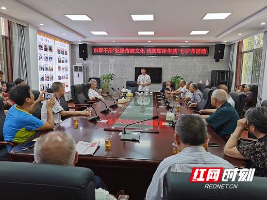 8月24日,郴州市军干所组织军队离退休干部、无军籍职工、军休干部家属遗属开展制作安仁米塑巧果民俗传承活动。