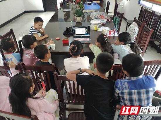 孩子们远程观看支教团授课。