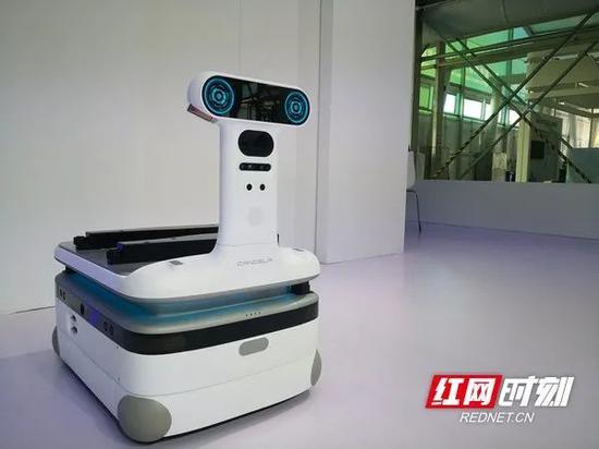 超萌的小蜗牛外形机器人,通过搭载不同功能箱体可实现包括快递、外卖配送、垃圾转运、安全巡检、消毒等多种功能,适应不同场景的不同需求。
