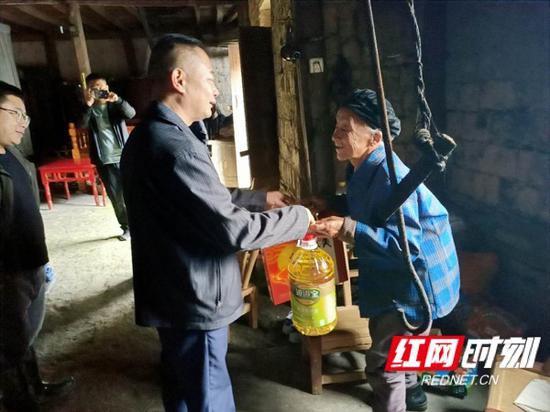 湖南省档案馆驻村工作队长带队看望慰问困难老人并致以节日祝福。