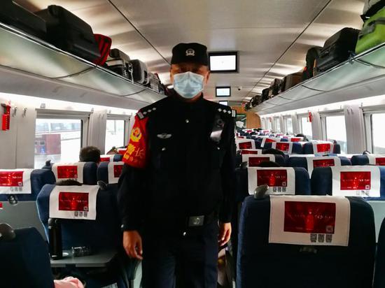 58岁老铁警主动请战值乘高铁