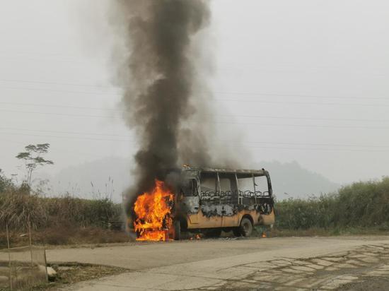 学生正准备上车校车突然冒烟,消防员紧张救援 10 分钟灭火