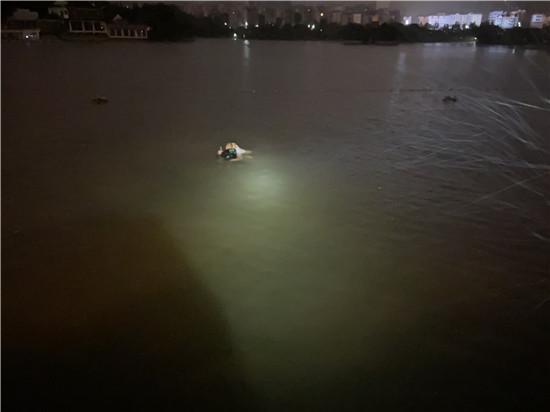 """女子深夜跳湖轻生,消防员到场后她正情绪激动地""""水上漂"""""""