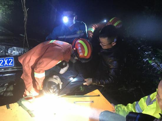 长沙小车在株洲失足冲下60米陡坡 驾驶员昏迷不醒被困坡底