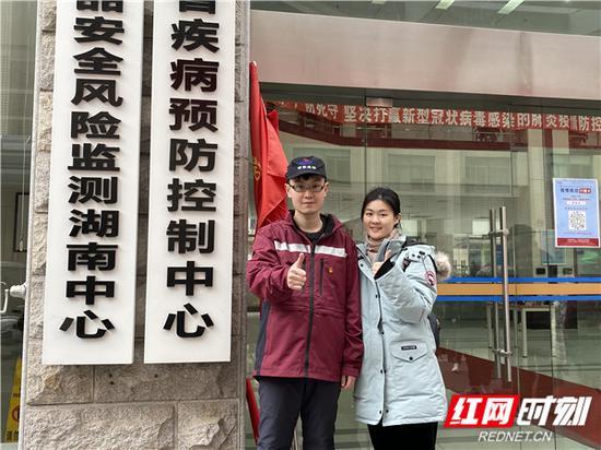 湖南省流行病学调查队队员与家人合影。