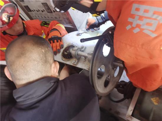 郴州一女子手卡机器卷轴 消防员抢在麻药失效前破拆