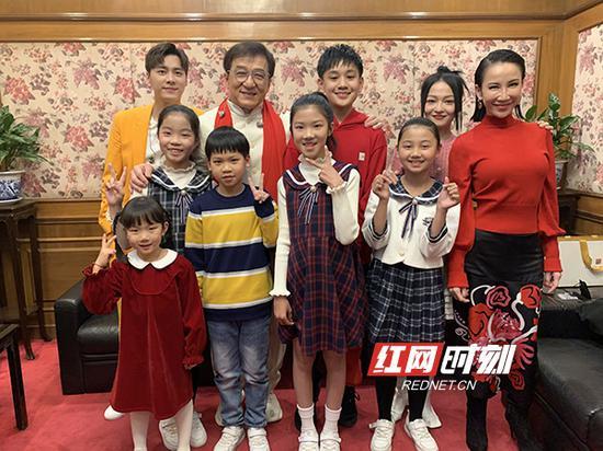 孩子们在春晚后台与艺人合影。