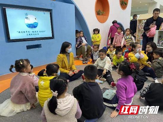 """清明假期三天,长沙图书馆以""""我们的节日·清明——敬先烈 传精神""""为主题举办了20余场活动。"""