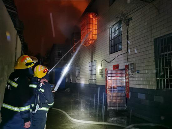 岳阳一民房凌晨起火,消防员从屋里清出18个煤气罐!