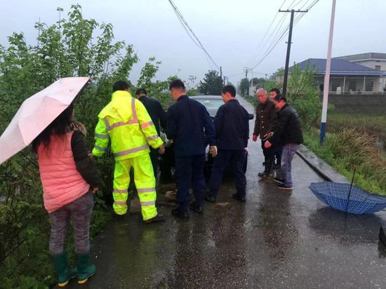 """长沙县一路面塌陷致小车被""""困"""",村民配合消防救助"""
