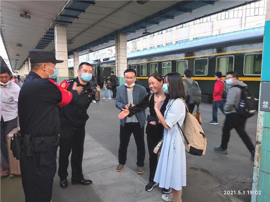 女大学生从南京来怀化见网友,远在陕西的父母报警了