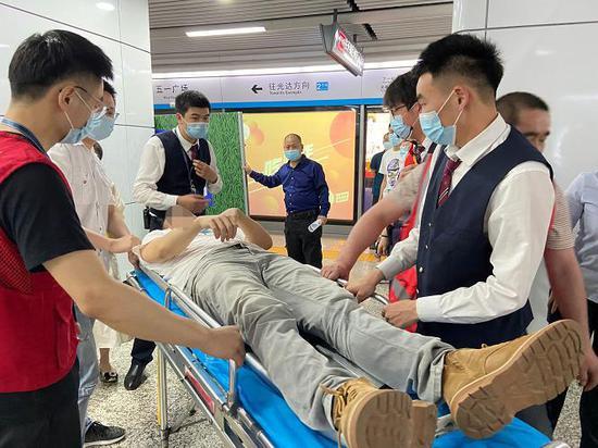 乘客突发心脏病,地铁工作人员跪地握着乘客发抖的手