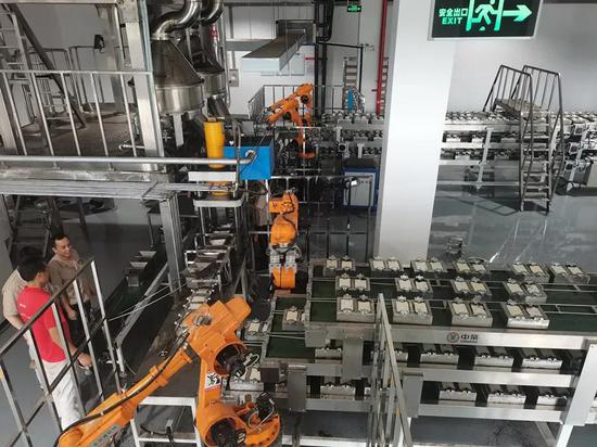 安化茶厂引进自动化生产线和智能机器人。