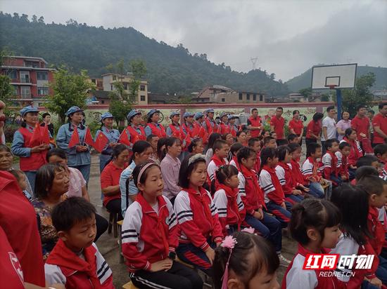 汝城县文明瑶族乡楼江村小48名学生牵手家长,高度专注听党史宣讲。