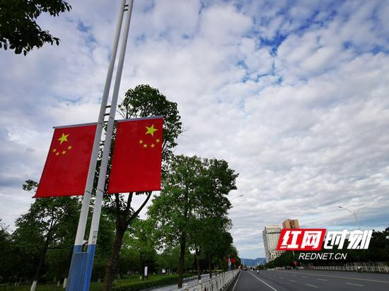 挂上国旗的街道靓丽无比。