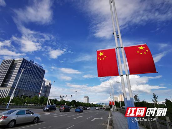 悬挂国旗的街道节日氛围秒增。