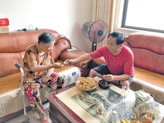 刘平南剥好桂圆给妻子。