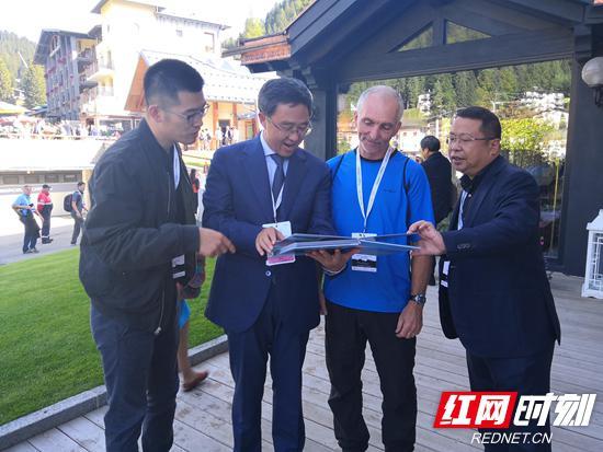 张家界市委常委、常务副市长罗智斌与兰迪·米勒博士交流并赠予纪念相册。