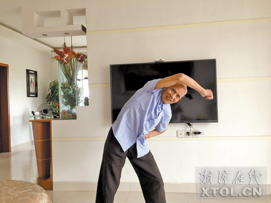 胡胜来老人在锻炼身体。