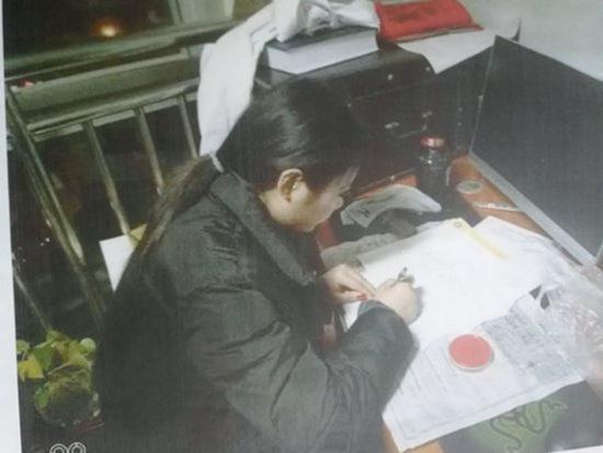 """▲石子慧正在签署""""中国人体器官捐献登记表"""" 受访者供图"""