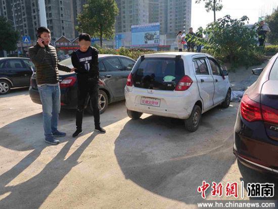 犯罪嫌疑人侯某恒与其盗窃的电动汽车。