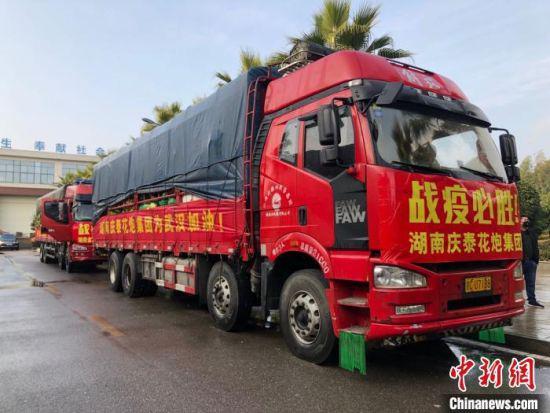 2月14日,由湖南庆泰花炮集团出资购买的90吨新鲜蔬菜装车从湖南浏阳出发,驰援湖北武汉。 刘江 摄